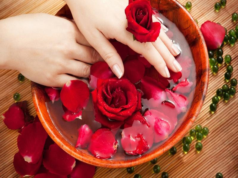 Top 10 Amazing Benefits and Uses of Roses Water (Arq Gulab) for Skin and Hair